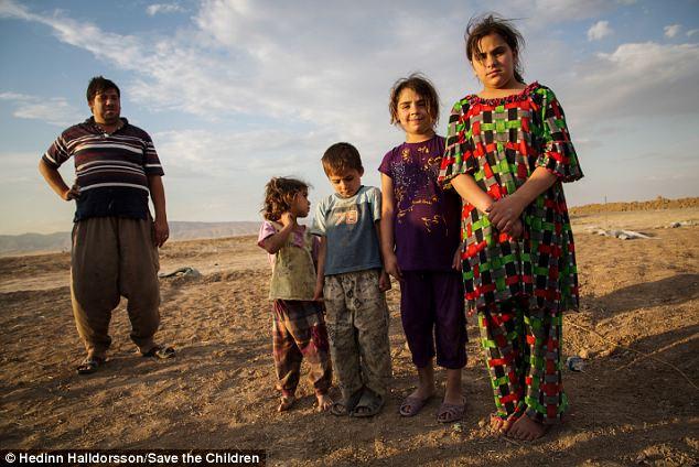 Delvin, extrême droite, avec trois de ses frères et sœurs et leur père.  Elle dit que sa famille a fui Mossoul il ya dix jours et se dirigea tout le territoire kurde.  Ils sont l'un des huit familles à ce jour pour atteindre le nouveau camp de réfugiés