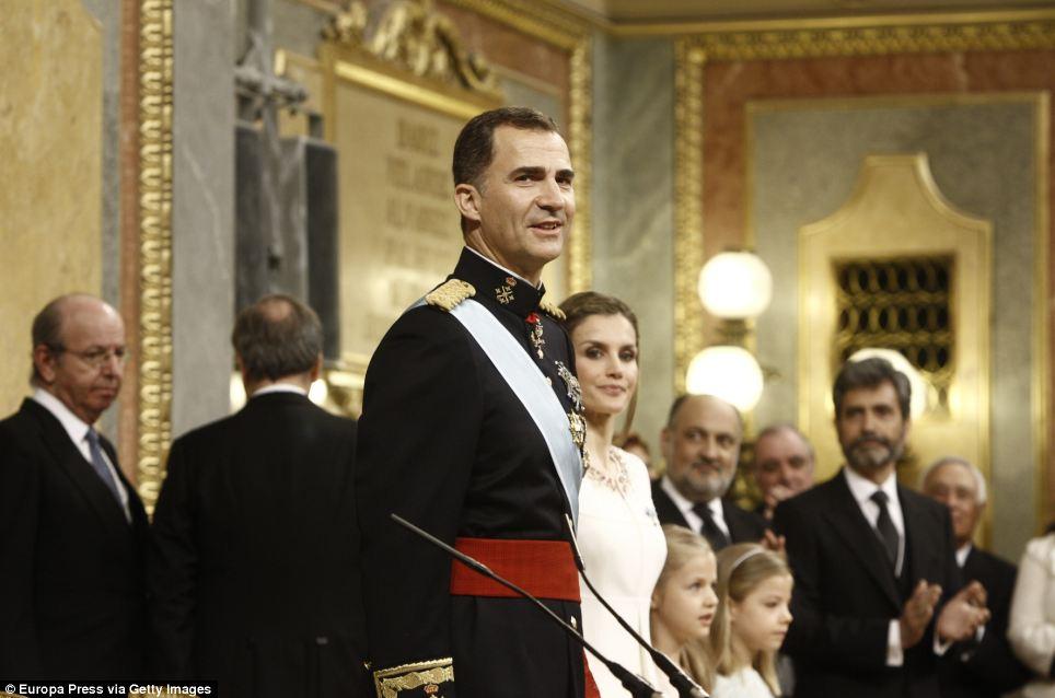 Confiante: O novo monarca parecia confortável e confiante enquanto olhava ao redor da sala de políticos, ladeado por sua esposa e duas filhas Sofia e Leonor