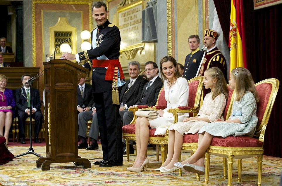 Em reverência: Felipe e Letizia sorriu para suas filhas de oito anos de idade, Leonor, à esquerda, e sete anos de idade, Sofia, à direita, uma vez que parecia chocada por todo o assunto