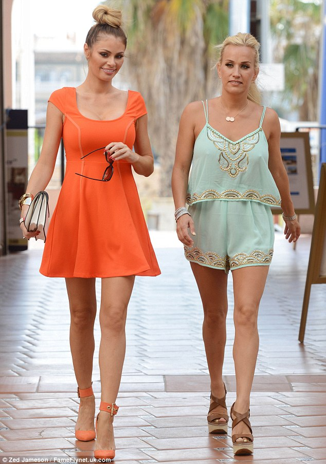 Chloe Sims Spends Time With Elliot Wrights Sister Leah