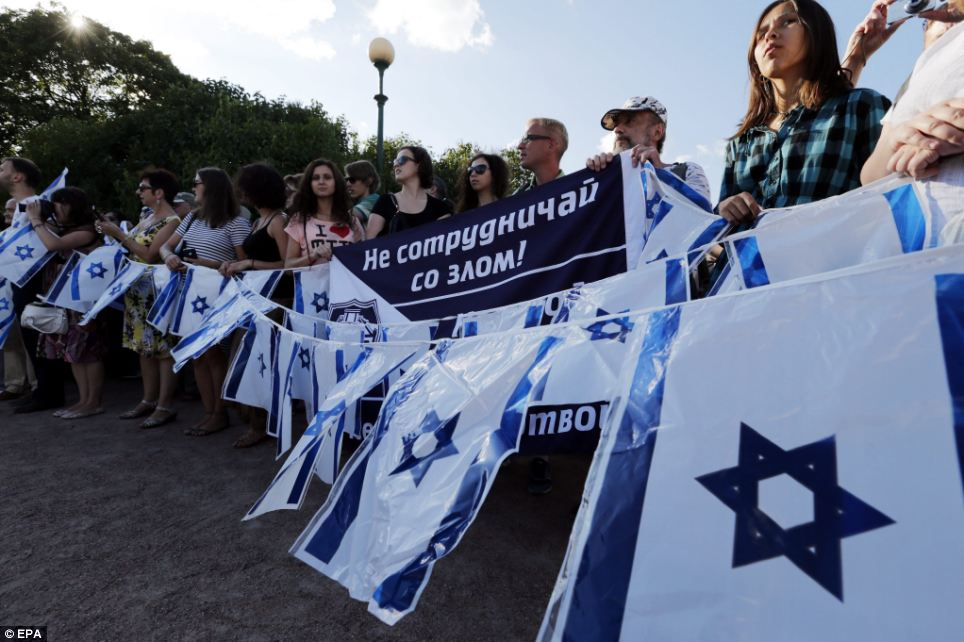 Activists: Pro-Israeli activists take part in a rally in support of Israel in St. Petersburg, Russia, on the 14th day of the Gaza conflict. At least 550 people have now died