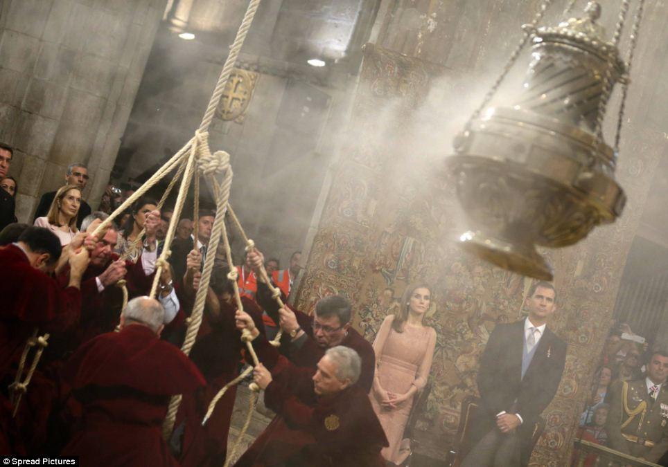 """Os membros da catedral participar balançando o 'Botafumeiro """", o maior incensário do mundo, como o incenso é queimado no interior do recipiente de metal"""