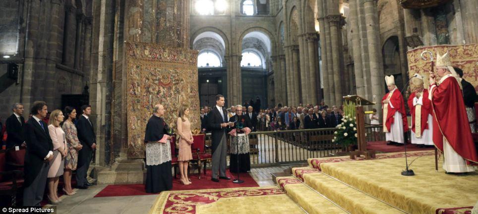 Rei Felipe, que sucedeu seu pai ao trono, em junho, fez uma leitura durante a cerimônia, que também marcou o aniversário de um ano da morte de 79 pessoas mortas no acidente de trem