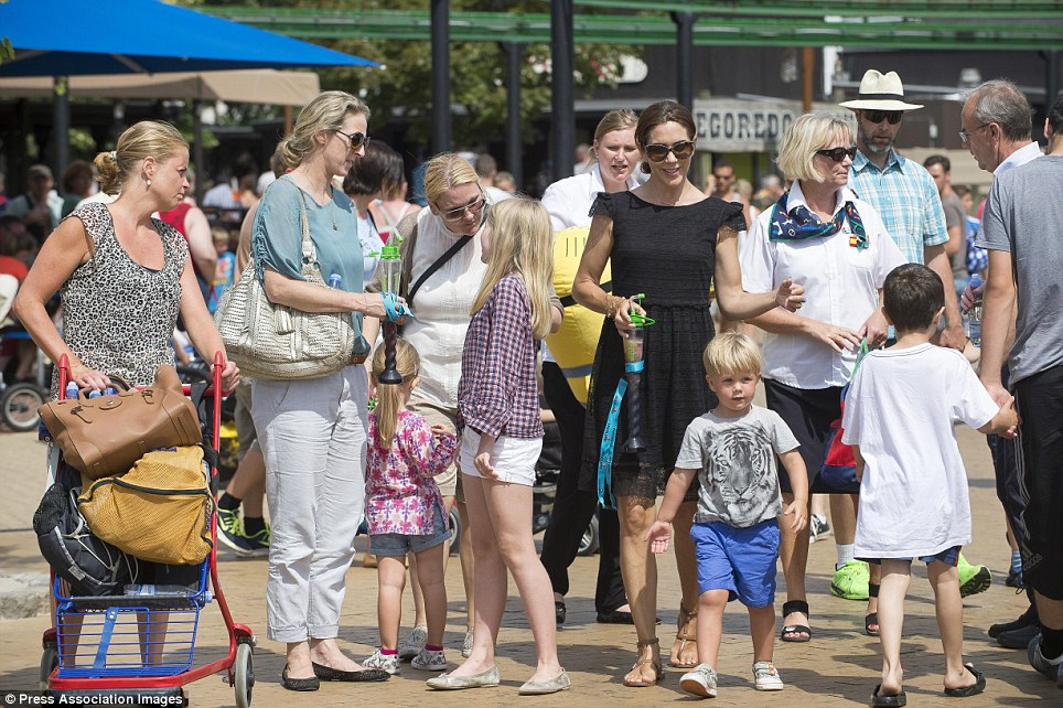 Muitos membros da família real dinamarquesa fez a viagem ao maior parque de diversões do Denamrk no fim de semana