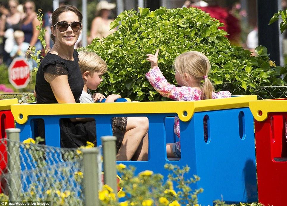 A princesa australiana levou um passeio em um trem novidade com seus dois filhos mais novos, gêmeos príncipe Vincent e da princesa Josephine