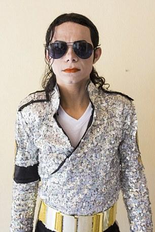 Antonio Gleidson Rodrigues, 32 anos, o número um imitador de Michael Jackson auto-proclamada no Brasil, tem usado ácido para clarear a pele e passou cerca de £ 2.000 em procedimentos estéticos para se parecer com seu herói