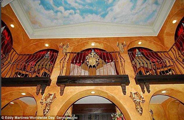 Muitos lugares sentados: A capela inclui galerias onde os fiéis podem se sentar e apreciar o serviço