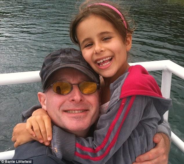 Barrie Littlefield (izquierda) dice que su hija (a la derecha) era una joven travieso que una vez tuvo una 'sonrisa malvada'
