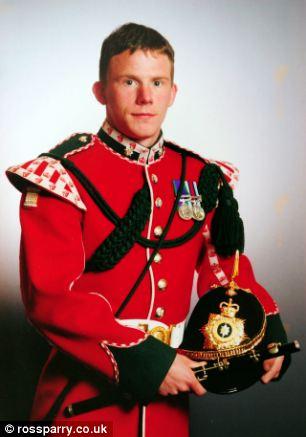 Privado Aron Fowler, retratado em seu traje militar antes de seu acidente