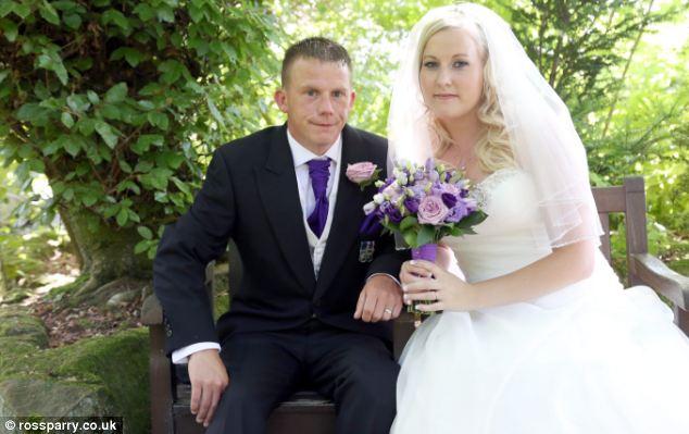 Aron e Callan Fowler no dia do casamento em Belper, Derbyshire.  Os dois se conheceram no funeral do camarada do Sr. Fowler Tom Wright, que foi morto na explosão de 2007 que ele sobreviveu