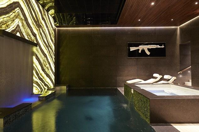 La famille peut se détendre dans la piscine intérieure ou le bain à remous à côté de lui.  Rétroéclairé onyx anime la salle