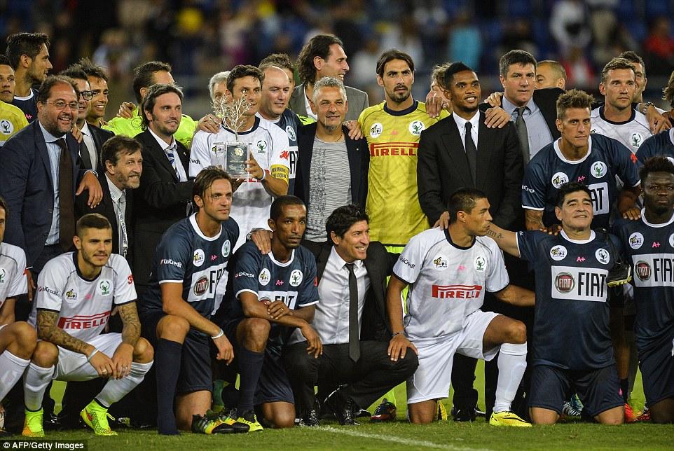 Todos elenco de estrellas: las leyendas del fútbol del pasado y del presente se alinean para la foto de equipo antes del juego