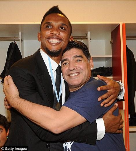 Abrazos de todo: Diego Maradona abraza Samuel Eto'o