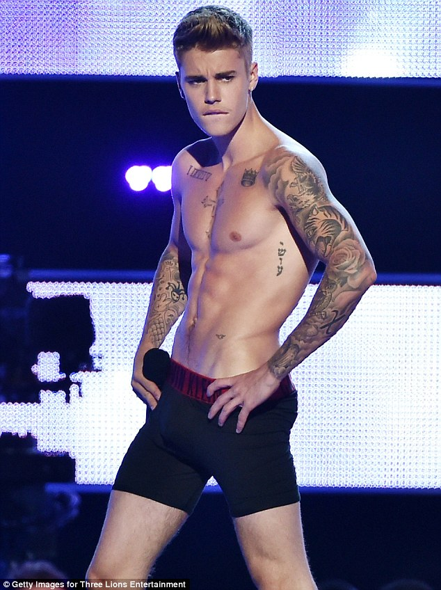 Show off: Justin Bieber flashes his muscular abs on TV | ozara gossip