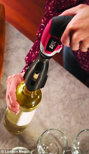 El accesorio sacacorchos se ajusta perfectamente a su botella favorita de Pinot Noir