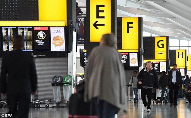 Screening Ébola ya ha comenzado en el Aeropuerto Heathrow de pasajeros procedentes de África occidental.  Se ha revelado que los controles también se están extendiendo a los aeropuertos de Manchester y Birmingham, así como terminales de Gatwick y Eurostar