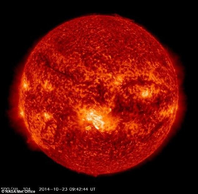 La zone claire dans le centre de cette image est la plus grande tache solaire dans ce cycle solaire de 11 ans, dit le Met Office, et il peut aussi avoir été la plus grande tache solaire depuis 25 ans