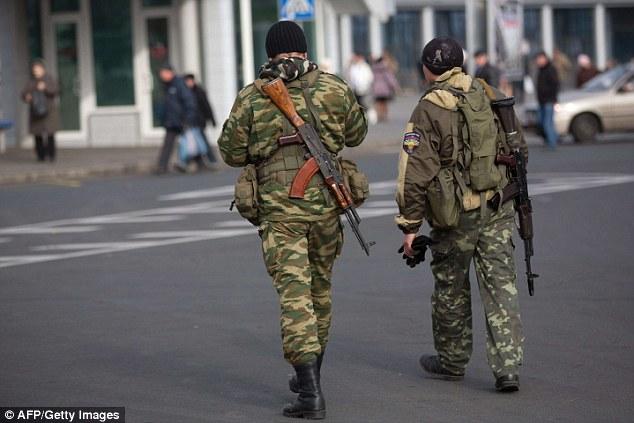 Militar: pistoleros pro-rusos patrullan el centro de Donetsk, en el este de Ucrania