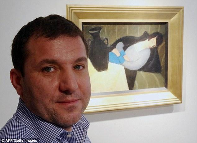 Tesoro: Gergely Barki posa delante de la artista húngaro Robert Bereny Sleeping Lady with Negro florero en la Galería de Arte Virag Judit en Budapest después de la pintura volvió a Hungría después de nueve décadas