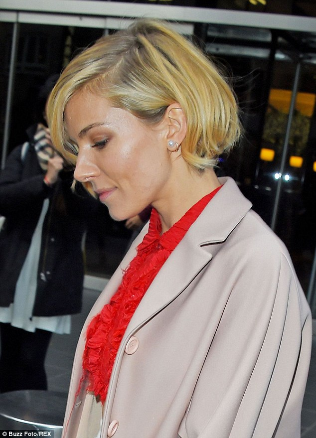 Sienna Miller Is A Fashion Hit In Ab Flashing Red Crop Top