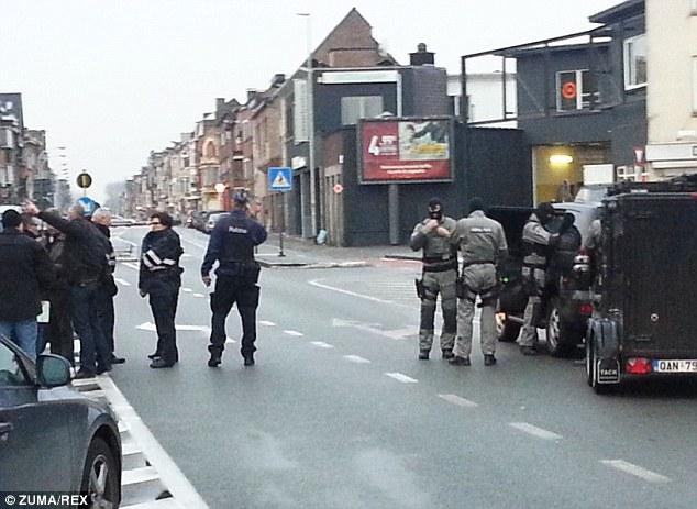 Cuatro hombres armados irrumpieron en un apartamento en la ciudad belga de Gante y la policía cree que han tomado como rehenes. En la foto, la policía en la escena en la Pilorijnstraat