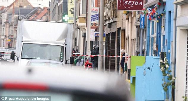 Policía cerca de la Pilorijnstraat después de cuatro hombres armados invadieron un apartamento en el Pilorijnstraat, cerca de Gante