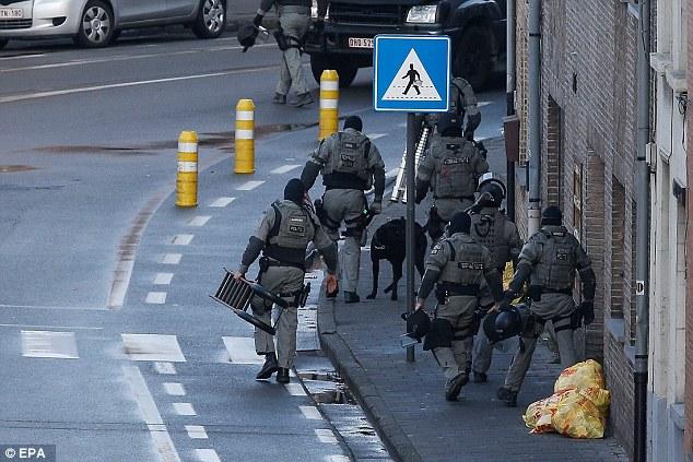 El asedio terminó como policías armados irrumpieron en el edificio y tres hombres salió con las manos en alto