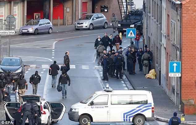 Los testigos habían informado los hombres llevaban Kalashnikovs pero no hay armas fueron recuperados del edificio