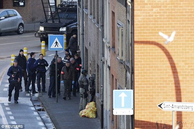 Los agentes de policía y fuerzas especiales están a la entrada de un edificio, donde cuatro hombres armados tomaron como rehenes a un hombre