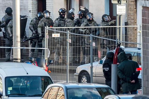Fuerzas especiales de la policía se preparan para invadir el apartamento, donde un hombre fue tomado como rehén esta mañana