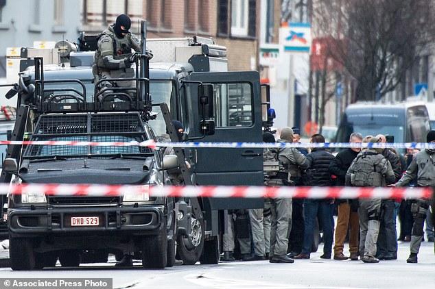 Cuatro hombres armados irrumpieron en un apartamento en la ciudad belga de Gante y la policía cree que han tomado como rehenes. En la foto, un miembro de las fuerzas de policía especial instala equipos en una furgoneta