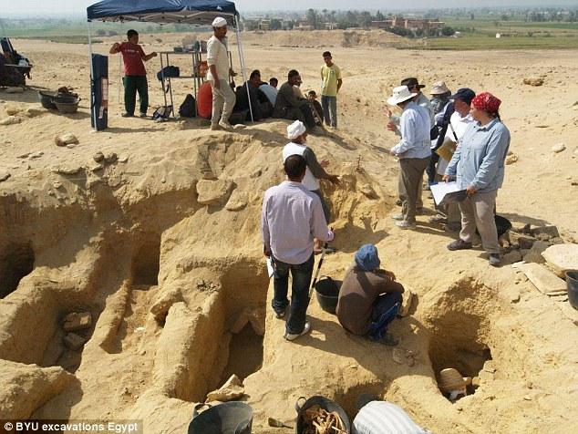 Les momies ont été trouvées dans des puits profonds piratés dans la roche calcaire sous la surface du désert
