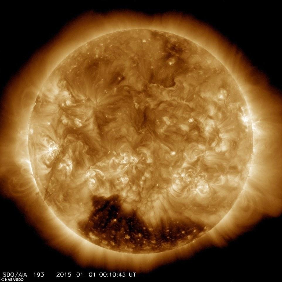 Agujeros coronales son regiones de la corona donde el campo magnético llega al espacio en lugar de bucle de nuevo sobre la superficie - y expulsan vientos solares mucho más rápido que otras partes del sol.