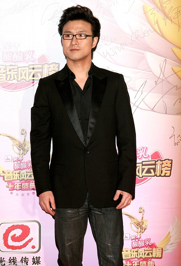 Happily engaged! Wang arrives at the red carpet of the 10th Meng Niu Yogurt Music Chart Awards Ceremony On April 11, 2010 in Shenzhen, Guangdong Province of China