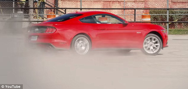 Aksi Drift Pembalap Wanita Yang Menawan Mustang GT 2015 (Jebakan Kencan Kilat)