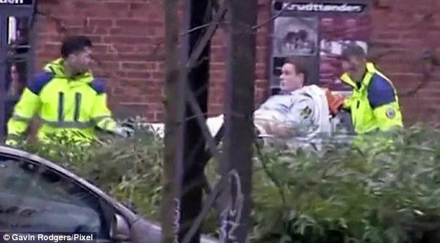 Survivor: Una víctima del ataque armado fue en camilla fuera de la cafetería Krudttoenden a una ambulancia
