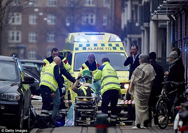 Un hombre es tratado por paramédicos después de ser atrapado en el ataque en el evento de la libertad de expresión la tarde de ayer