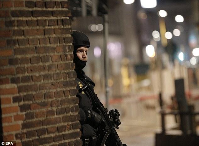 Patrulla: Un oficial de la policía danesa fuerzas especiales se ve una patrulla en el centro de Copenhague, Dinamarca, el sábado