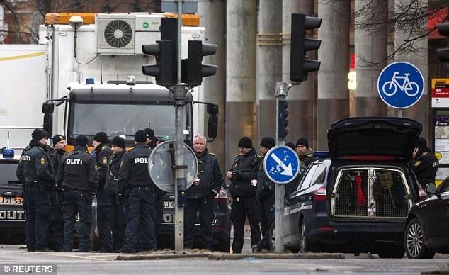 """La ciudad permanece en alerta máxima con policías armados patrullando sus calles.  Pistolero de ayer se cree que ha estado actuando solo, aunque los investigadores dijeron que eran """"cabos sueltos"""" a la dirección"""