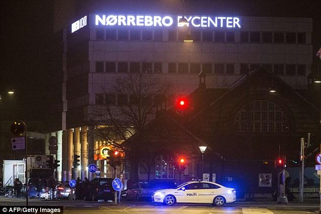La policía rodeó la estación de tren en Norrebro en las primeras horas del domingo por la mañana después de una cacería en toda la ciudad