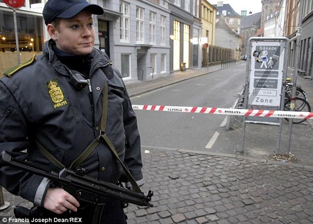 La policía continuó para patrullar el área que rodea a la Gran Sinagoga esta mañana que la víctima fue nombrado como guardia de seguridad