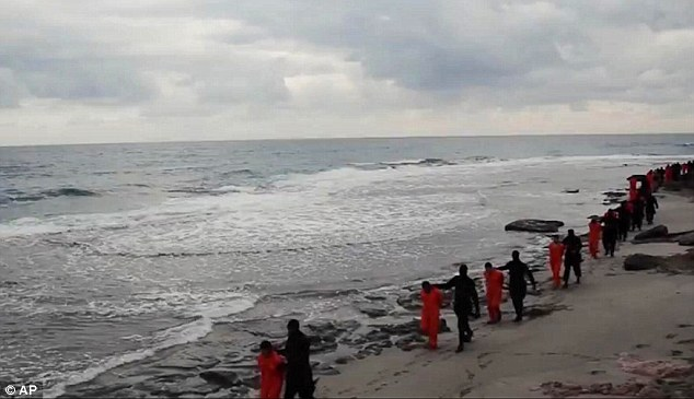 Para sus muertes: Los rehenes cristianos son vistos siendo marcharon a lo largo de la playa antes de las decapitaciones
