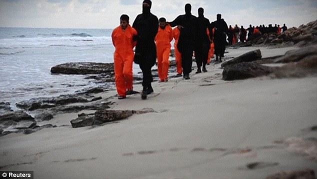 Película: Los hombres se marcharon a lo largo de una playa antes de ser obligados a arrodillarse y decapitado simultáneamente