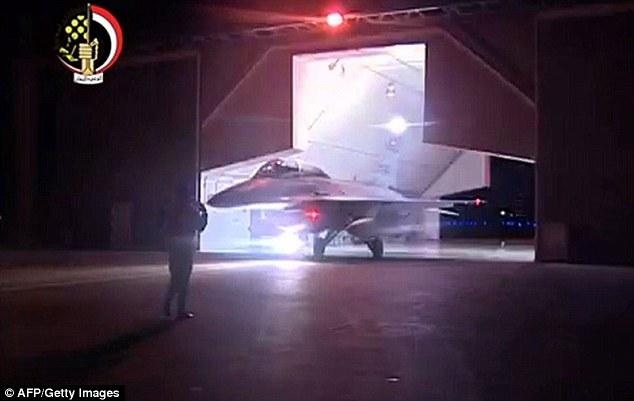 En su camino: la televisión estatal egipcia siguió el comunicado militar anunciando los ataques aéreos, mostrando imágenes de los aviones de combate que dijo eran despegando para llevar a cabo los ataques