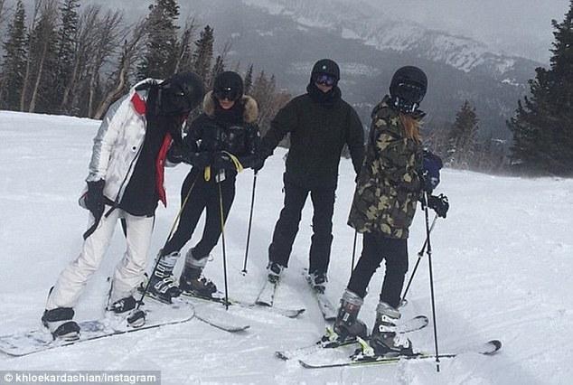 Kylie (izquierda), Kim (segundo desde la izquierda), Cheban (segundo desde la derecha) y Khloe (derecha) están en un viaje de esquí en Montana