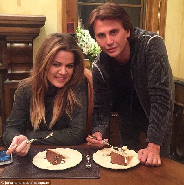 Publicista Jonathan Cheban publicado un complemento de él y Khloe comiendo torta de cumpleaños del sábado por la tarde tras el accidente