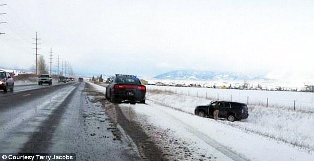 Automovilista Terry Jacobs captura lo que se cree que es coche de Khloe Kardashian en una cuneta después de que ella se deslizó fuera de la carretera en Bozeman, Montana. Las hermanas Kim y Kylie Jenner así como bebé North West también iban en el coche
