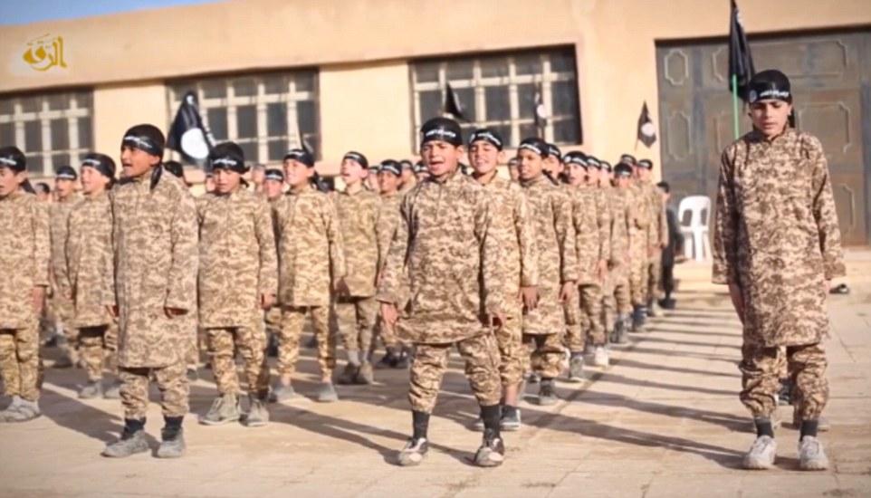 En el video de nueve minutos, los niños de camuflaje son vistos siendo formado en el Instituto Farouk para los Cachorros, en la provincia de al-Raqqa en Siria