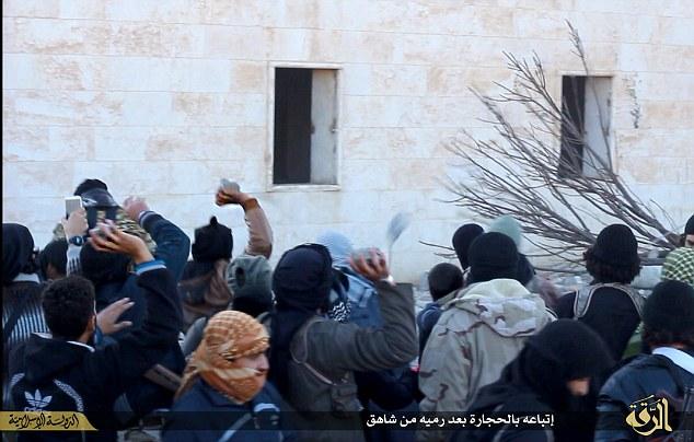 El acto final: La gran multitud de hombres se muestran lanzando piedras contra el cuerpo destrozado de la víctima.  Los residentes locales se muestran también participando en la escena repugnante.