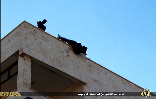 El acto final: La víctima es demostrado ser arrojado fuera de la parte superior del edificio por tres combatientes del Estado islámico.
